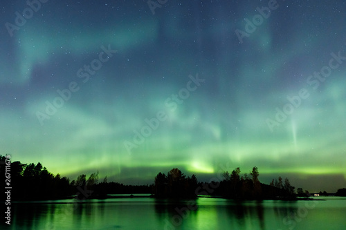 Valokuva Beautiful northern lights over lake