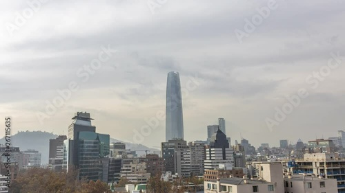 Photo  Awe time lapse with the clouds moving across Santiago de Chile city skyline
