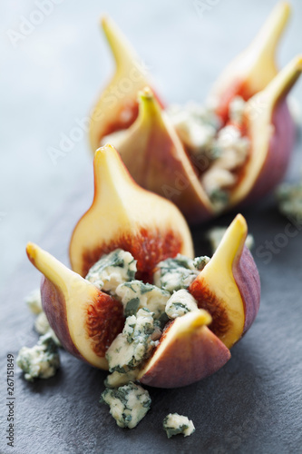 Photo Fresh figs with blue cheese