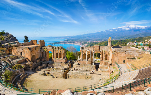Foto  Ancient Greek theatre in Taormina on background of Etna Volcano, Italy