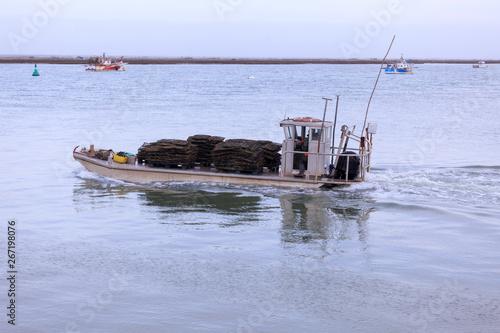 Obraz na plátně chaland de retour de mer avec huitre et moule sur le pont