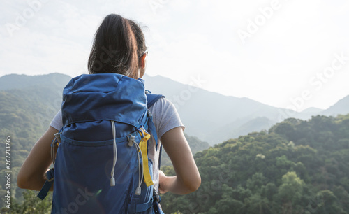 woman backpacker enjoying the view on morning mountain valley Fototapet