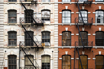 Panel Szklany Architektura Close-up view of New York City style apartment buildings with emergency stairs along Mott Street in Chinatown neighborhood of Manhattan, New York, United States.