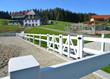 Moderner Reitplatz/Paddock mit weißem Kunststoff-Gatter im mittleren Schwarzwald