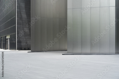Foto  Empty ground in front of modern steel wall buildings .