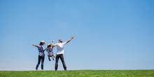草原で遊ぶファミリー