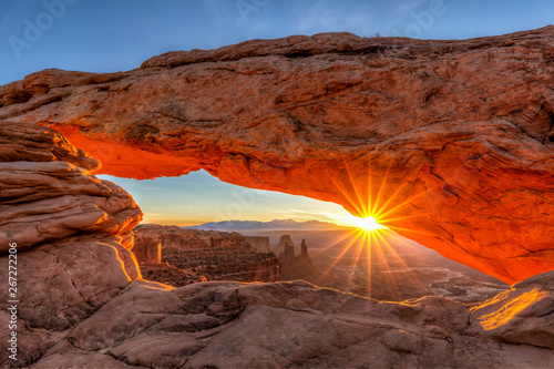 Fotobehang Diepbruine March Sunrise Through Mesa Arch