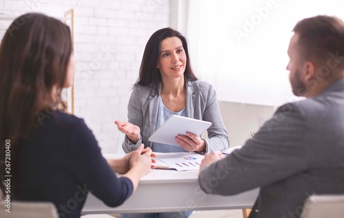 Fotografía  Professional woman talking to young couple at personal meeting