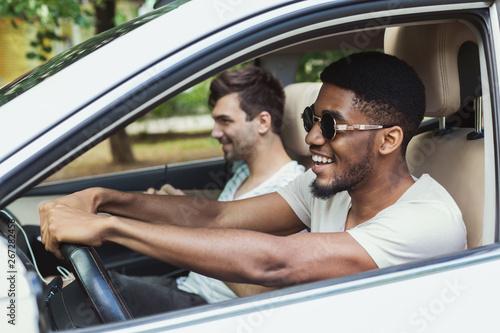 Fotomural  Millennials friends in car