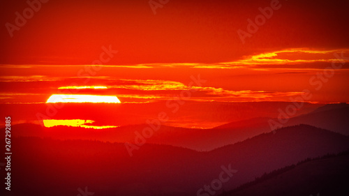 Montage in der Fensternische Rot kubanischen Big ball of fire, lighting the sky