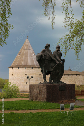 Obraz na plátně Monument of two russian medieval kings with Old Ladoga fortress on the backgroun