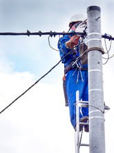 Praca Montera Instalacji Elektrycznej Na Słupie Energetycznym