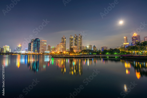 Photo Stands Lake Ratchada situated in the Benjakitti Park in Bangkok at night