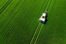 Traktor Von Oben Auf Dem Feld, Luftaufnahme