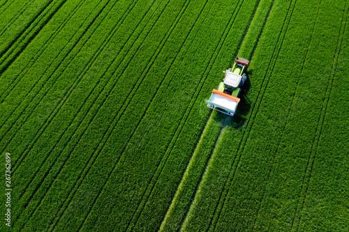 Tuinposter Groene Traktor von oben auf dem feld, Luftaufnahme