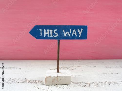 "Fényképezés  ""THIS WAY""と手描きされた矢印の形をした看板"