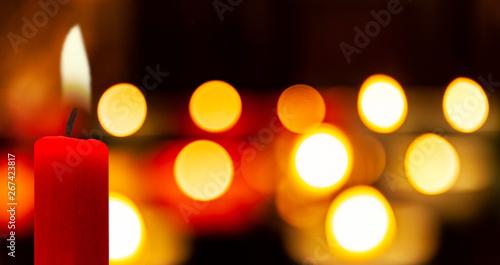 Obraz Leuchtende Kerzen im Dunkeln - fototapety do salonu