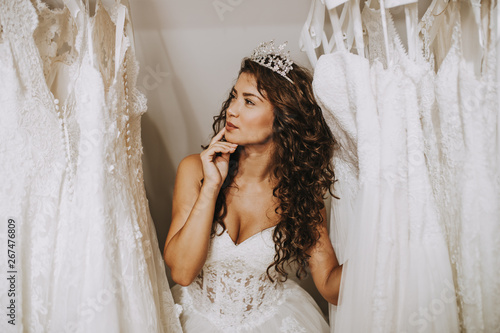 Fotografía Beautiful young woman choosing a wedding dress in a modern wedding salon