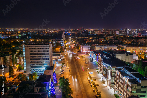Poster Lieux connus d Amérique Aerial view of night city Voronezh downtown with illuminated buildings, malls, roads with car traffic, drone photo
