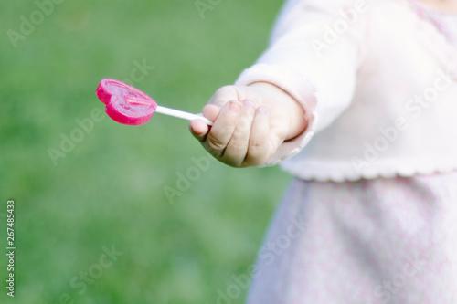 Fototapeta Mano de una niña sujetando una pirueta