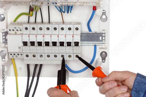 Plakat Elektriker überprüft Verteilung