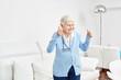 canvas print picture - Optimistische alte Frau hält die Daumen hoch