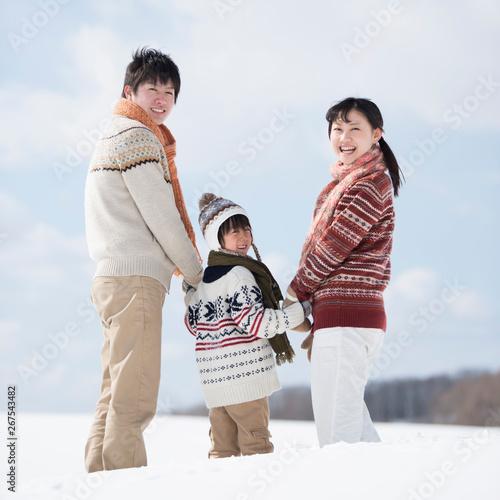 Obraz na plátne 雪原で手をつなぐ家族