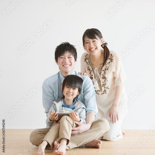 Carta da parati  タブレットPCを持ち微笑む家族
