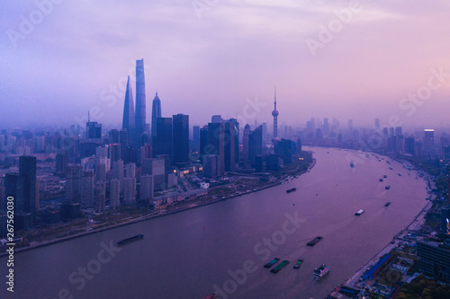 Photo  Aerial view of skyscraper and high-rise office buildings in Shanghai Downtown with Huangpu River, China