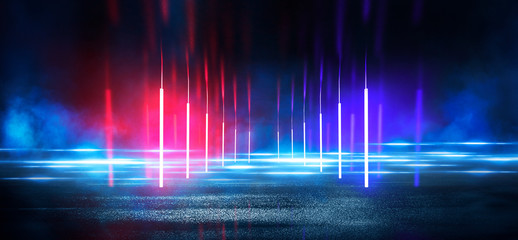 Mokry asfalt, odbicie neonów, reflektor, dym. Abstrakta światło w ciemnej pustej ulicie z dymem, smogiem. Ciemne tło sceny pustej ulicy, widok nocy, miasto nocą.