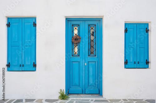 Fotografía  White house facade with traditional blue door on Paros island, Cyclades