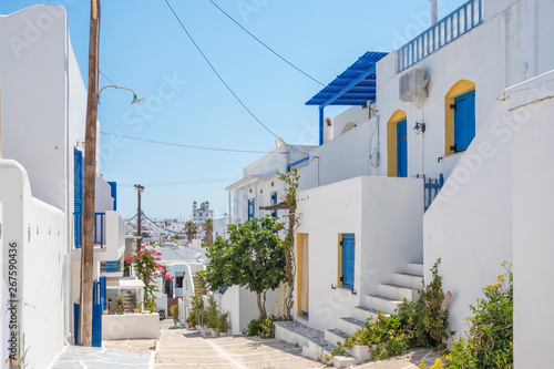 Fototapeten Schmale Gasse View of a beautiful white street in old town of Naoussa, Paros island, Cyclades