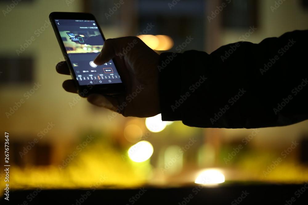Fototapety, obrazy: Business man con in mano un telefono mobile per scattare una fotografia wifi