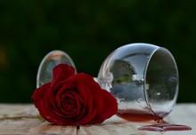 Rose Rouge Et Verre De Vin Renversé