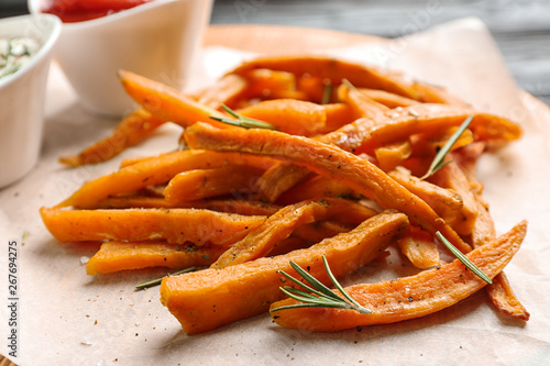 Photo Closeup view of board with sweet potato fries