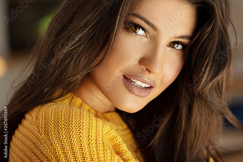 Fotomural  Young brunette woman with amazing smile.