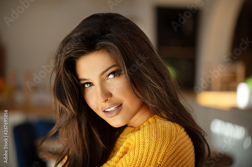 Fotografia Young brunette woman with amazing smile.