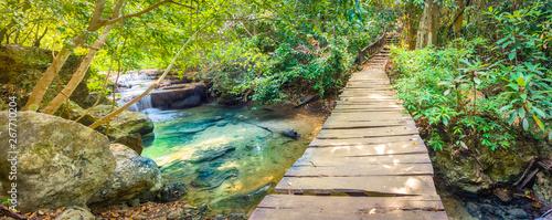 Naklejka premium Piękny wodospad w Parku Narodowym Erawan, Tajlandia. Panorama