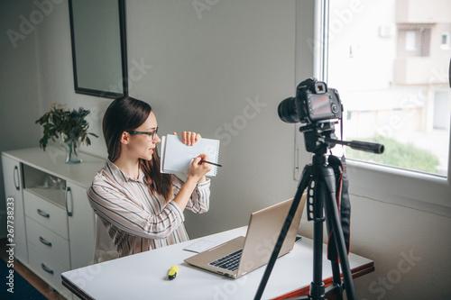 Fényképezés  Girl blogger records video for their subscribers
