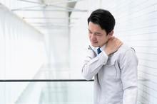 首の痛みに悩むビジネスマン
