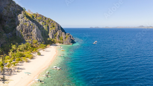 In de dag Duiken White sand beach near the rocks and boats.Palawan,Busuanga,Tropical beach for tourists aerial view