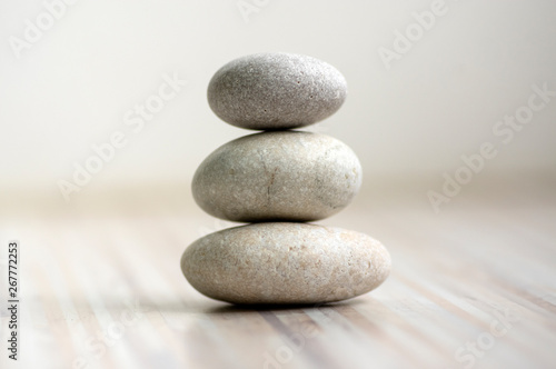 Obraz na plátně Harmony and balance, cairns, simple poise stones on wooden light white gray back