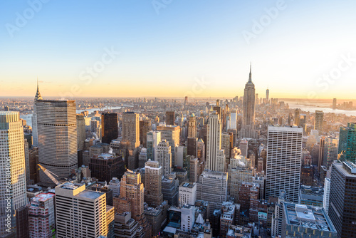 Fotografía Panorama view of Midtown Manhattan skyline with the Empire State Building from the Rockefeller Center Observation Deck
