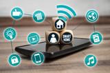 Würfel mit Handy und vernetzten Icons Smarthome Hausautomation