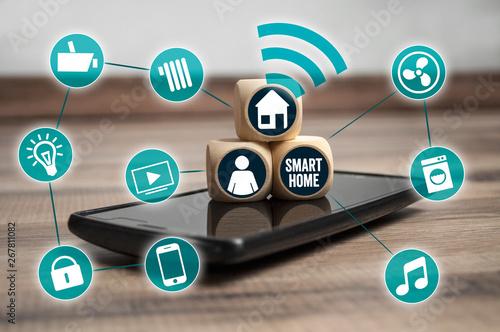 Fotobehang Londen Würfel mit Handy und vernetzten Icons Smarthome Hausautomation