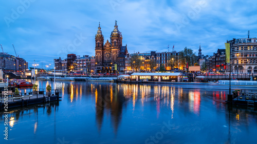 Photo  Scenic night view of Basilica of Saint Nicholas and skyline of the the old city  district reflected in the water of the canal