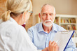 Leinwandbild Motiv Ärztin befragt Senior als Patient in der Anamnese