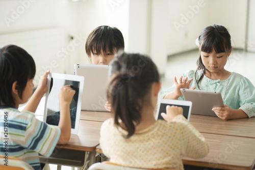 Fotomural タブレットPCを操作する小学生