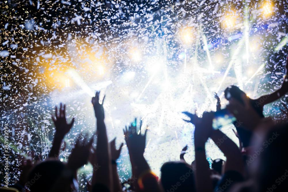 Leinwandbild Motiv - NDABCREATIVITY : Portrait of happy crowd enjoying at music festival
