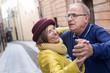 canvas print picture - coppia di anziani balla felice in mezzo a una strada